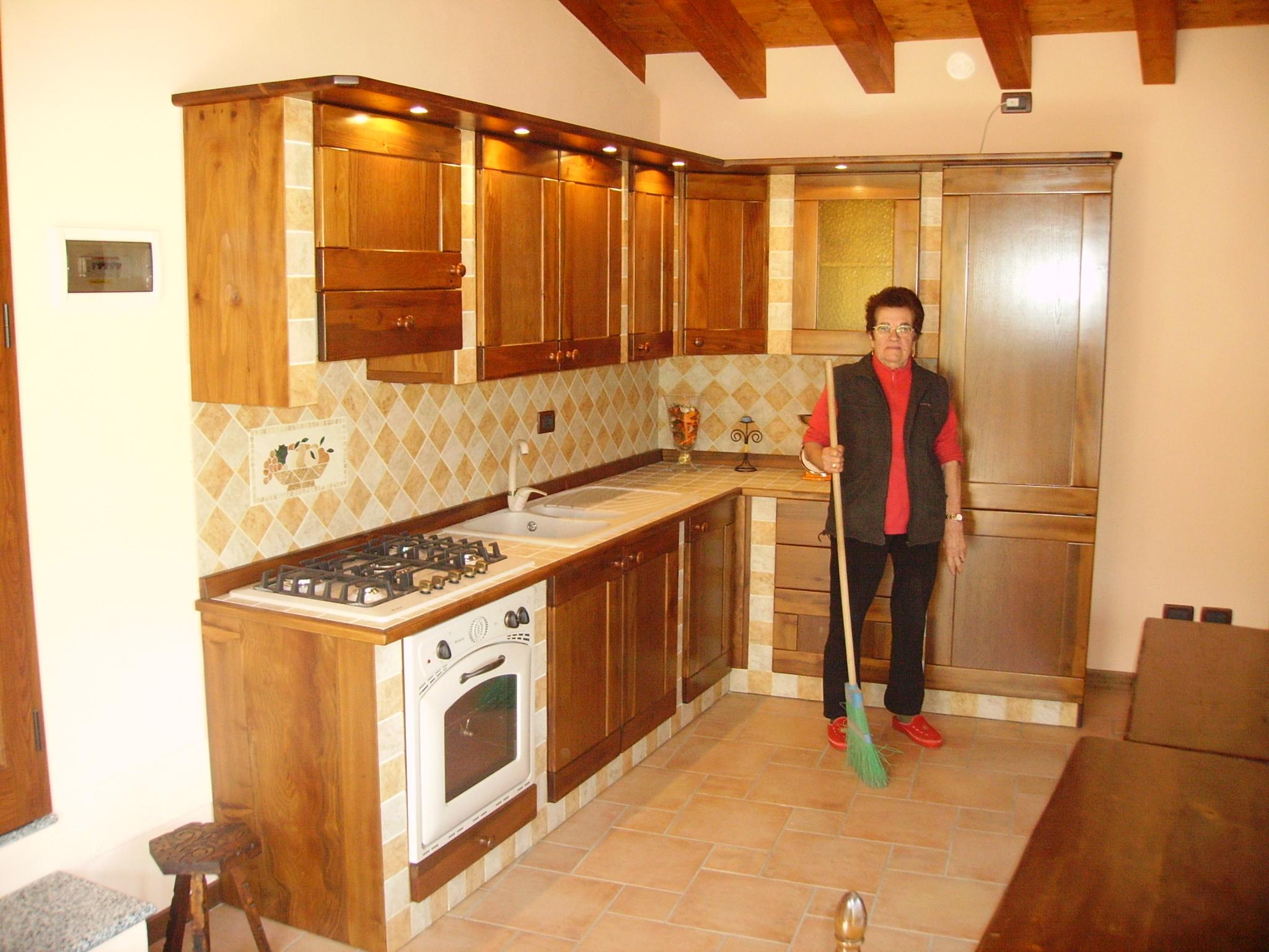 Cucina in finta muratura tinta noce con ante di cedro del libano e ...