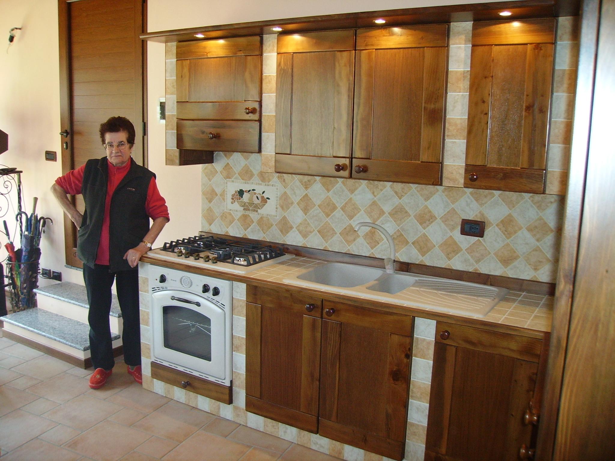 Cucina in finta muratura tinta noce con ante di cedro del - Ante per cucine in muratura ...
